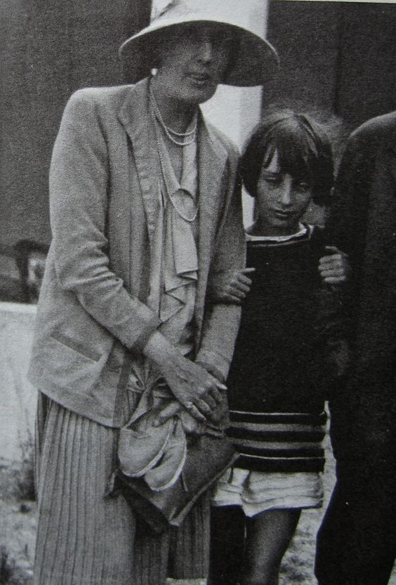 Virginia Woolf & Angelica Bell in 1930.