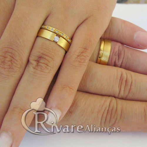Linda e delicada aliança para casamento e Noivado com friso vasado na divisão entre o diamante maior e os diamantes menores