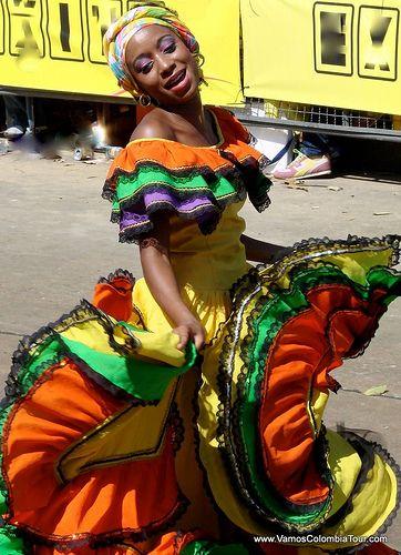 En está fotografía, hay una bailarina de la Cumbia. Es impresionante saber como nació la cumbia, el baile principal en el carnaval. Todo empezó cuando los esclavos en su día de descanso se reunía en las playas y tocaban tambores y otros instrumentos y a pesar de las cadenas que tenían en los pies, bailaban suavemente en la arena.