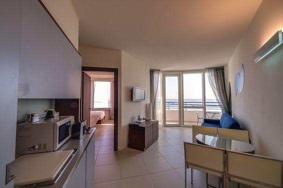 La camera bilocale vista mare, con balconcino privato e angolo cottura attrezzato, è perfetta per le famiglie che vogliono ampi spazi, ombrelloni riservati in spiaggia e ingresso alla Blu Spa!