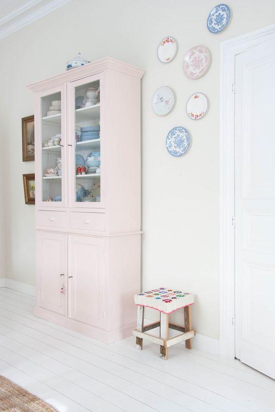 vitrina-alacena en rosa pastel y platos decorativos
