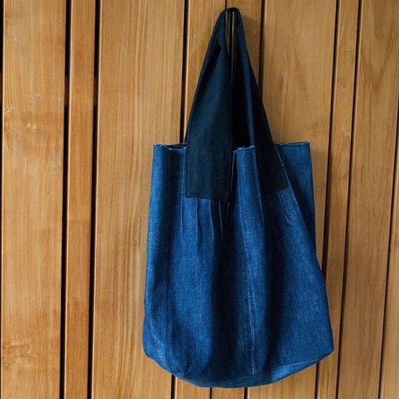 Upcycled #jeans tote. Pattern design from the book Umami×Midori. I 💙 it. 📍 Hergebruikte spijkerbroek. Patroon voor de tas komt uit het boek van de Japanse ontwerpers Umami en Midori. #upcycledjeans #tote #sewing #reuse #umami #midori #naaien #spijkergoed #denim #hergebruik #kringloop #sustainable #duurzaam #nähen #coudre #costura #japanesesewingpatterns #japans #therefashioners2016 #jeanius