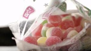 Depois de assistir este vídeo, você vai desistir de comer balas de goma