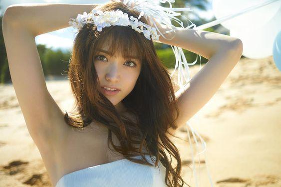 花冠を頭につけた松村沙友理