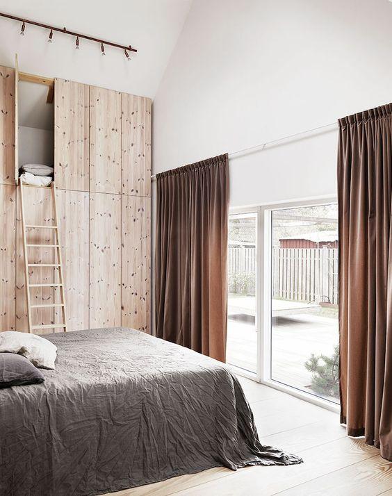 dormitorio casa de campo armario vestidor a medida en madera natural de pino