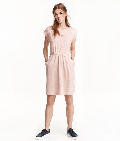 Light pink melange. Short-sleeved dress in slub jersey with elasticized waistband and side pockets.