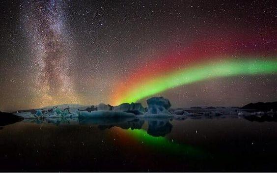 Aurora boreal y la vía láctea, cerca del Polo Norte.