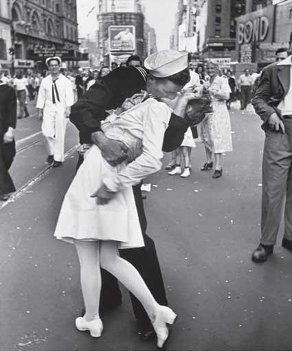 O beijo do dia da vitória dos EUA sobre o Japão na Segunda Guerra Mundial tirada por Alfred Eisenstaedt.