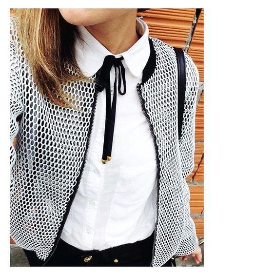 {Via @coisasdefloreana Instagram} - Fazendo a diferença naquela camisa básica branca: gravatinha de veludo com ponteira dourada ♥️#gravatinha #moda #trend #teddyboys