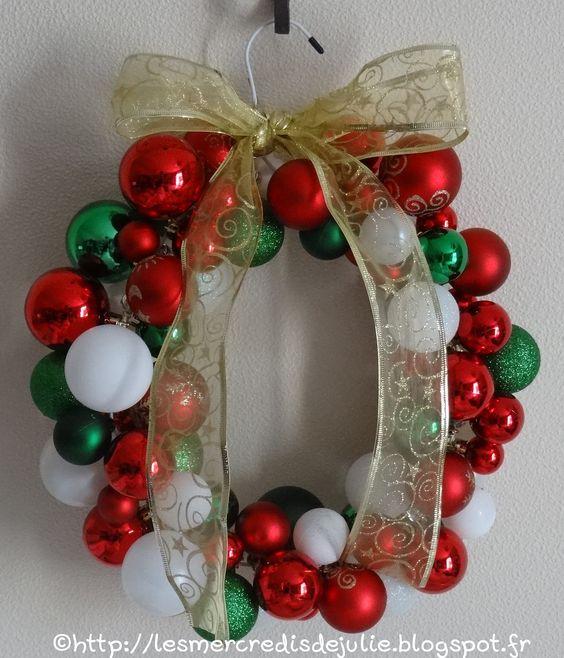 Couronne de l'avent avec des boules de Noël et un cintre