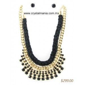 Set de collar y aretes en base dorada con detalles en color negro estilo 30308