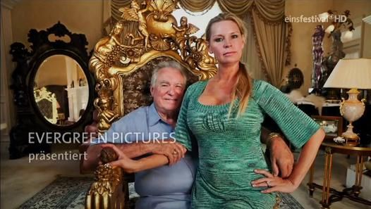 Die Königin von Versailles / The Queen of Versailles. Documentary by Lauren Greenfield - German version.   A documentary that follows a billionaire couple as they begin construction on a mansion inspired by Versailles. During the next two years, their empire, fueled by the real estate bubble and cheap money, falters due to the economic crisis.  http://www.dailymotion.com/video/x19jrjn_die-konigin-von-versailles-the-queen-of-versailles_shortfilms