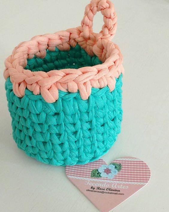 Boa tarde gente linda! Fiz esse cestinho organizador para presentear, ficou um mimo  Comprei esses fios com a @fiosdemalha  #cestinho #fiodemalha #trapillo #crochet #basket