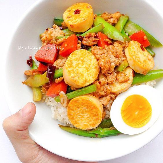 """"""" ผัดคะน้าเต้าหู้ไข่ ไก่สับ """"  มื้อเย็นมาแล้วคร้าา รีบทำรีบทาน ช่วงนี้ยุ่งๆ แต่ถึงจะยุ่งแค่ไหนก็เลือกที่จะทำอาหารทานเองค่ะ สุขภาพต้องมาก่อนเสมอเนาะ ✌️ • - ตั้งกระทะเทฟล่อนไฟกลาง ไม่ใส่น้ำมัน หั่นเต้าหู้ไข่แล้วนำไปจี่ให้เซ็ทตัวทั้ง2ด้าน พักไว้ - ตั้งกระทะไฟกลาง ใส่น้ำมันมะพร้าว ใส่พริกแห้งกระเทียมที่โขลกไว้ลงตาม ผัดจนหอม - ใส่อกไก่สับ ผัดจนไก่เริ่มสุก ใส่คะน้าลงไปเลย - ปรุงรสด้วย น้ำปลา ซอสหอยนางรม ซีอิ๊วดำนิดหน่อย - ผักคลุกเคล้าให้เข้ากัน แล้วก็ใส่เต้าหู้ที่จี่ไว้ลงไปเลยค่ะ"""