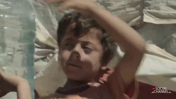 War Child | Batman aparece para mudar o cotidiano de um garoto refugiado...