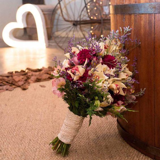Buquê feito com orquídeas, cásper, astromélias, camomila, crisântemo e acabamento de renda rústica. . #nayaraemarcelonoveredas  . Pelas mãos do @atelier_josypaiva . Foto: @fotografodanielmuniz . #buquedenoiva #buquê #casamento #atelierjosypaiva #veredasépracasar