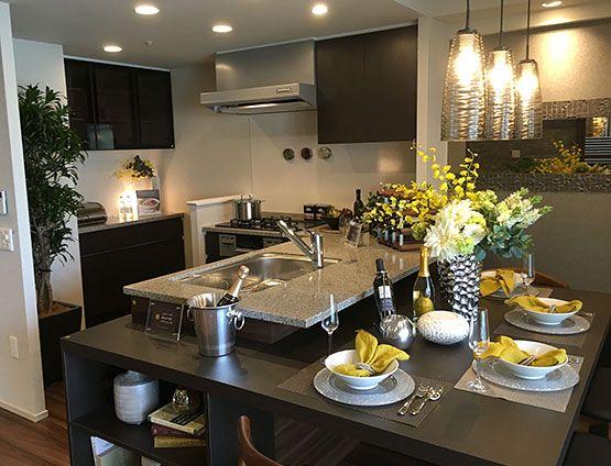 ダイニングルーム 造り付けテーブルコーディネート キッチンカウンターに沿った造り付けのダイニングテーブル ダイニングとキッチンが一体となって 空間を広く感じられます ダイニング インテリアコーディネート テーブル インテリア