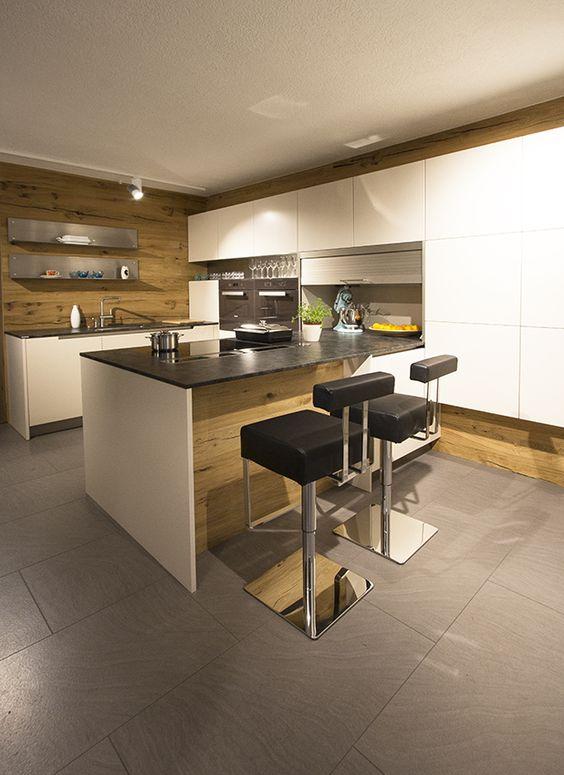 Küche mit Kochinsel und Rückwand aus Eiche. Steinarbeitsplatte ...