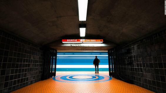 10 estaciones de metro que son obras de arte - Jean-Talon, Montreal — En casi ninguna de las fotografías que toma Forsyth no hay ninguna persona. Sin embargo en esta excepcional y rara fotografía, aparece una figura solitaria que espera pacientemente en la plataforma. Aquí la estación Jean-Talon, Montreal, Canadá.