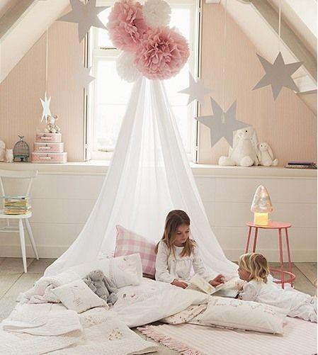 Une ambiance de princesse avec des murs roses pastels et des coussins sous un baldaquin dans une chambre de petite fille #enfants