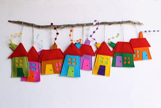 Ornamento de la casa, conjunto de ocho, decoración de la casa de fieltro, decoración para colgar de la pared. Regalo de vacaciones para todos
