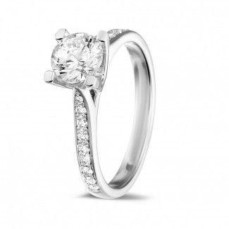 - 0.90 caraat diamanten solitaire ring in wit goud met zijdiamanten