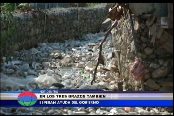 Moradores del sector los tres brazos piden al Presidente Danilo Medina ayuda,.. por que perdieron todo por desborde de la cañada