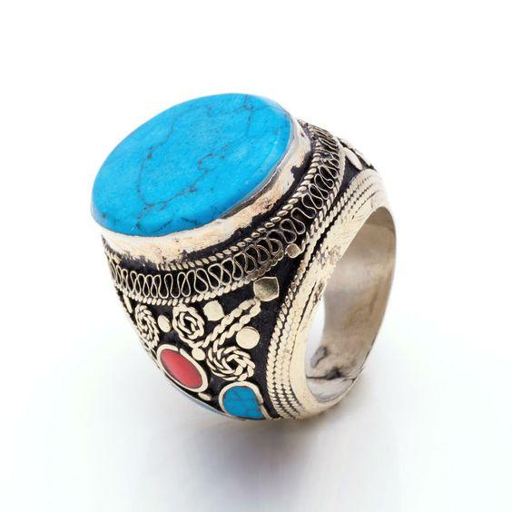 Unidad limitada y exclusiva. Anillo étnico de plata india, turquesa y coral en los adornos laterales. No encontrarás otro igual, es muy favorecedor..