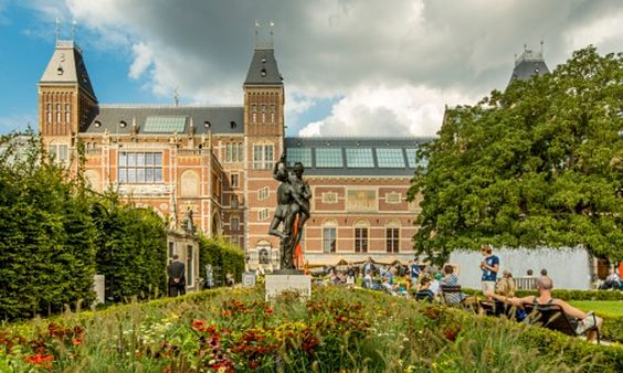 People in the Rijksmuseum garden