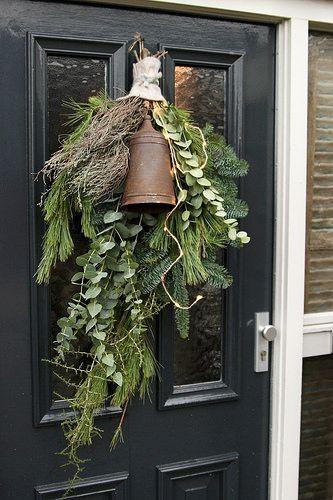 Stylen Op De Wemelaer Deel 12 Kerst Bij De Voordeur Kerst Voordeuren Natuurlijke Kerst Kerst Bloembakken