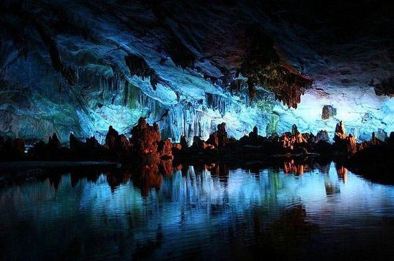 La magnifique grotte de Waitomo en Nouvelle-Zélande s'illumine d'une constellation de vers luisants