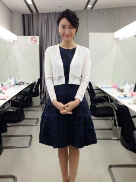黒いワンピースに白いカーディガンを着て立っている小川彩佳のかわいい画像