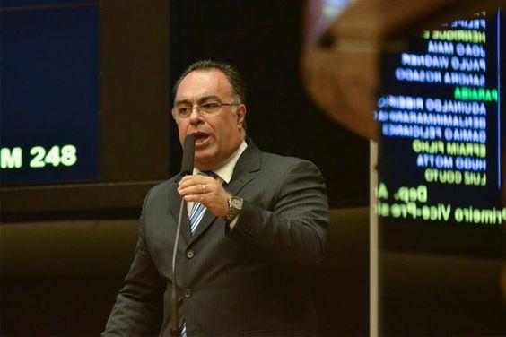 André Vargas renuncia a vice da Câmara | #AndréVargas, #CâmaraDosDeputados, #CartaDeRenúncia, #IolandoLourenço, #MesaDiretora, #Renúncia