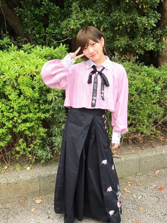 ピンクと黒い服を着た岡田奈々