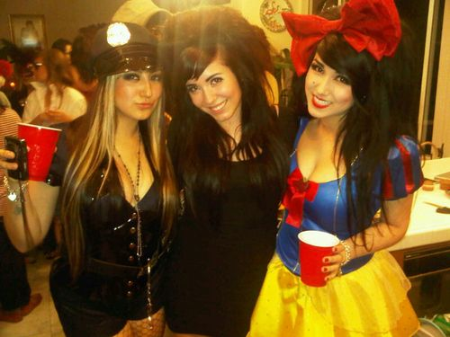 Snow White Halloween Costume - I MUST MAKE THIS BOW :]