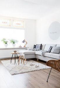Una casa ideal llena de buenas ideas para decorar nuestras casas, como la tabla de madera sobre la mesa del salón.