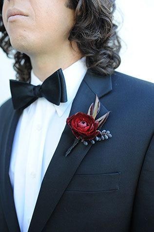 Wedding flower and boutonniere ideas for your dark and moody or Gothic halloween wedding.