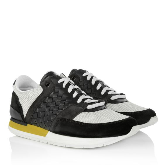 It is one of the most shown key pieces in the last seasons: a white sneaker. Bottega Veneta creates one of the top sellers with the 'Colorblock Sneaker Nero Bianco'. Wear it with their super classy handbags and you create a style, which is absolutely unique! Fashionette.de