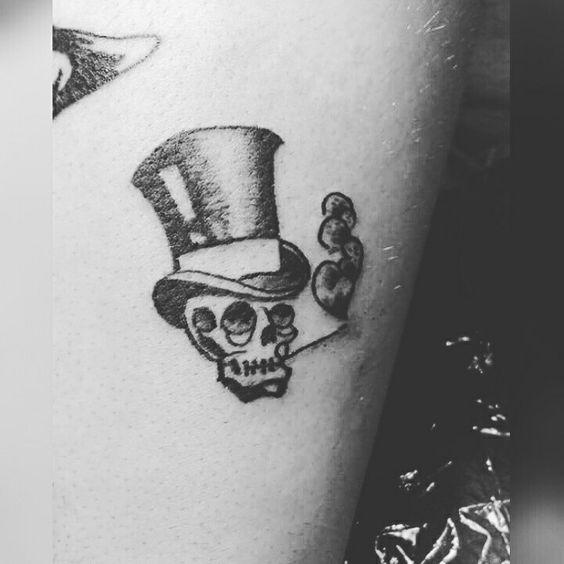 #imperiumartis #imperium #artis #tattoo #tattoostudio #ink #tatuaggio #Roma #instatattoo #instatattoos #tattooart #skull #smoking #hat #magician #retro #victorian #creepy #blackandwhite