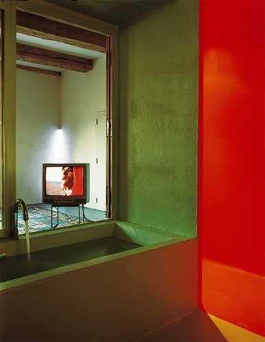 Mooie, sterke kleuren ontmoeten elkaar in deze open natte ruimte #badkamer