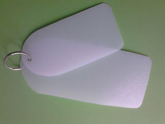 Morceaux de bidons plastiques pour coller les étiquettes de pesées sur les sacs à courses