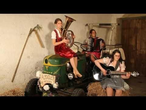 Zillertaler Hochzeitsmarsch mit Traktor - Almdudler unplugged - YouTube