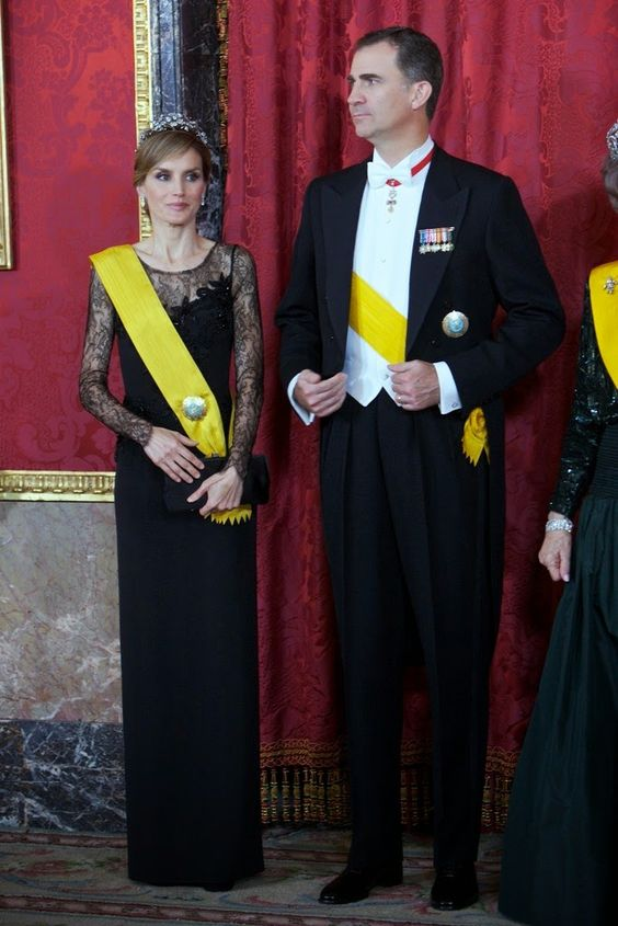 10 June 2014 Spanish Royal Family attended a dinner at The Royal Palace in Madrid in honour of Mexican President Enrique Pena Nieto and his wife Angelica Rivera.  Un diseño de Felipe Varela, negro de seda y encaje de Chantilly, y azabaches. Sandalias en ante negro, de Magrit, y clutch, también de Varela.