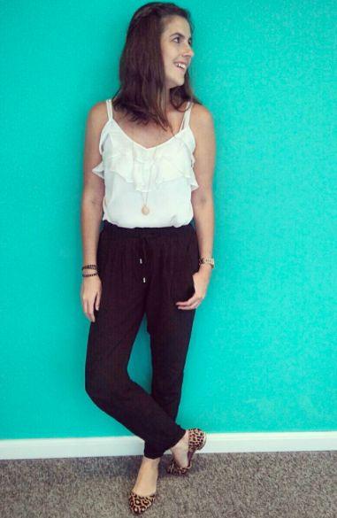 calça estilo pijama preta, com blusa de babados branca e sapato animal print. Vai do trabalho ao final de semana !