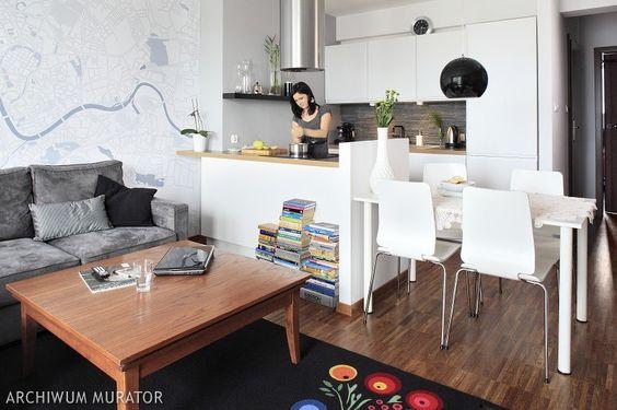 Mała biała kuchnia kuchnia często jest włączana do strefy dziennej. Takie rozwiązanie powiększa wnętrza. Sprawdź, o czym musisz pamiętać łącząc salon z kuchnią i co uwzględnić opracowując projekt kuchni.