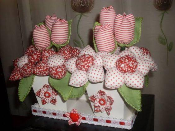 Arranjo com vasos de mdf pintados com flores em tecido.