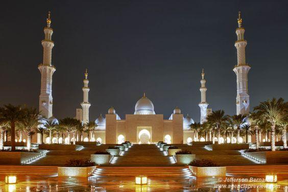 A Mesquita Sheikh Zayed Bin Sultan Al Nahyan, em Abu Dhabi, é a maior mesquita dos Emirados Árabes Unidos e a sexta maior mesquita do mundo…de www.agenciapreview.com
