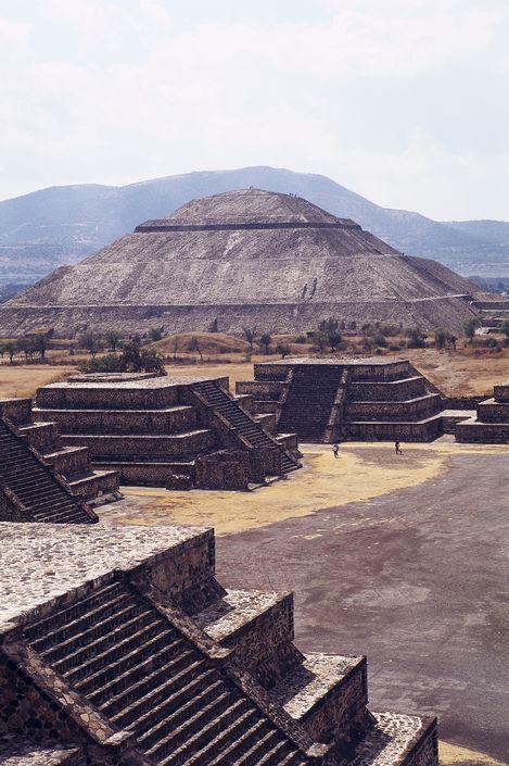 La cité sacrée de Teotihuacan ('Là où les dieux furent créés') est située à environ 50 km au Nord-Est de Mexico. Construite entre le 1° et le 7° siècle après J.C. elle est caractérisée par les vastes dimensions de ses monuments – en particulier, le Temple de Quetzalcoatl et les Pyramides du Soleil et de la Lune, édifiés selon des principes  géometriques et symboliques.