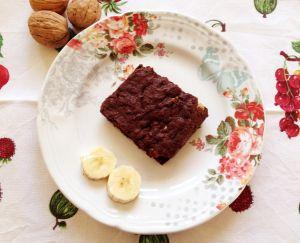 Un delizioso brownie al dolce sapore di banana, arricchito con noci croccanti. Perfetto per una merenda golosa o come dessert. Senza glutine e senza latticini.