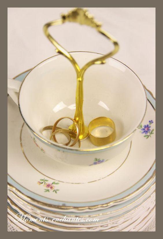 Un porte alliance très original et romantique à souhait  Pour la demoiselle d'honneur  La tasse et la sous tasse font partis de la même collection  légèrement altéré par le temps ce qui lui confère ce joli côté vintage   Diamètre de la tasse  8,5 cm  Diamètre de la soucoupe 14 cm  Hauteur total 12,5 environ    Création Moments Enchantés